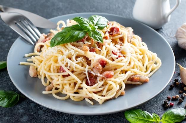 Macarrão carbonara clássico caseiro com pancetta, ovo, queijo parmesão duro e molho de natas. cozinha italiana. spaghetti alla carbonara.