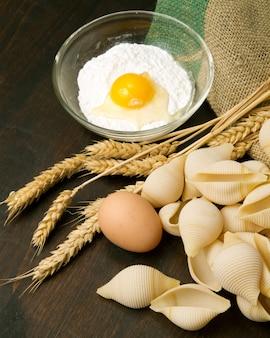 Macarrão caseiro com ingredientes frescos