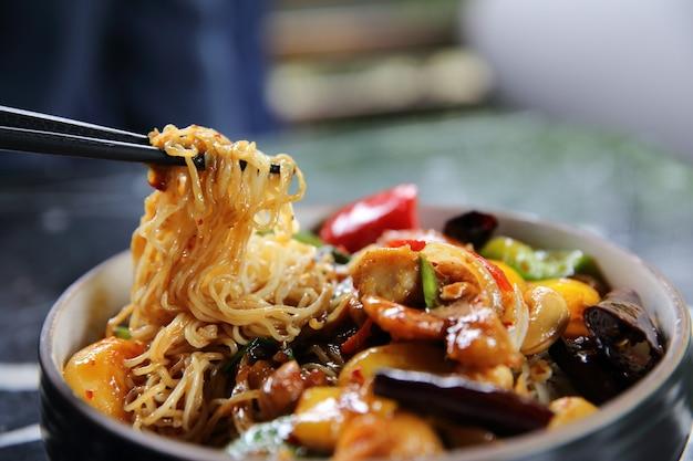 Macarrão chinês com amendoim de frango frito