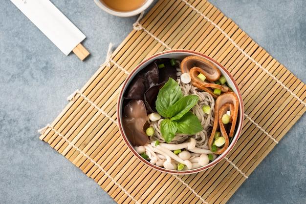Macarrão chinês com cogumelo de legumes e pauzinho