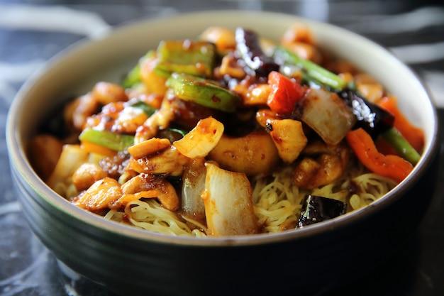 Macarrão chinês com frango e amendoim - comida chinesa