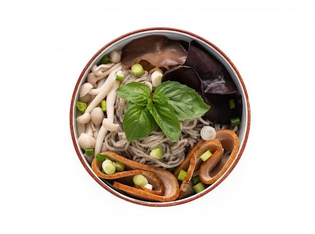 Macarrão chinês com legumes de cogumelos