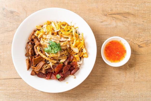 Macarrão chinês de peixe cozido no vapor - comida asiática