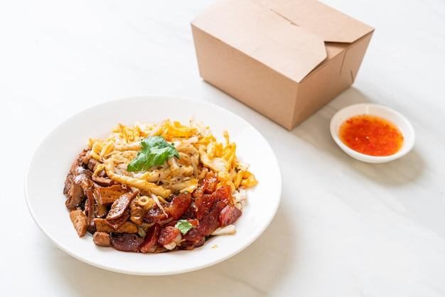 Macarrão chinês de peixe cozido no vapor - estilo de comida asiática
