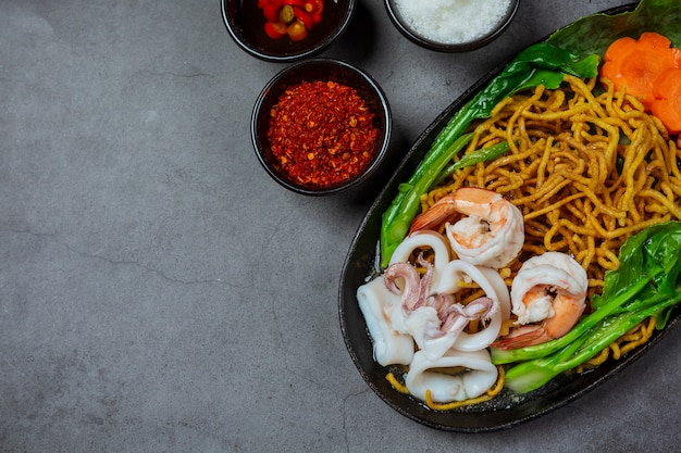 Macarrão coberto com macarrão de frutos do mar, macarrão crocante, comida tailandesa