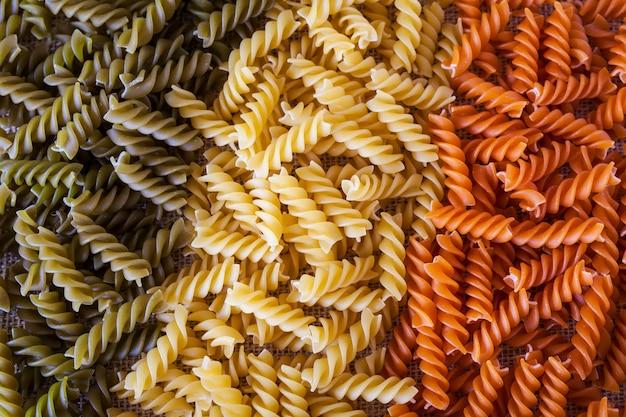 Macarrão colorido em forma de espirais em forma de bandeira italiana