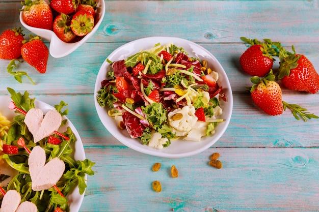 Macarrão colorido rotini, corações de salada de cachorro-quente e legumes