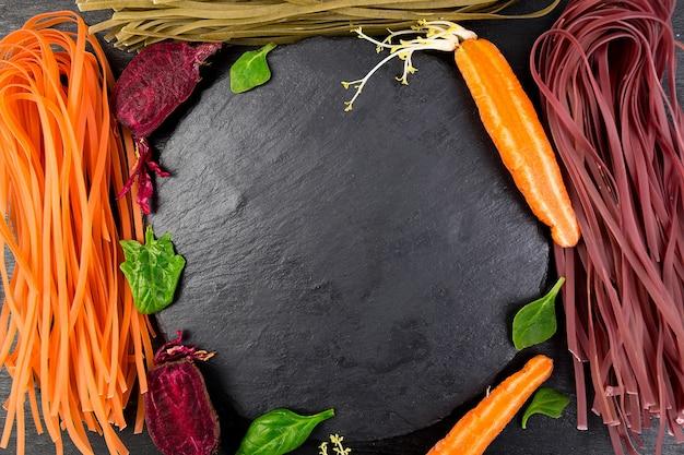 Macarrão colorido vegetal vegetariano com beterraba, cenoura e espinafre.