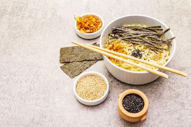 Macarrão com algas, flocos de atum e sementes de gergelim