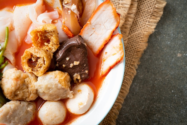 Macarrão com almôndegas na sopa rosa ou macarrão yen ta four no estilo asiático