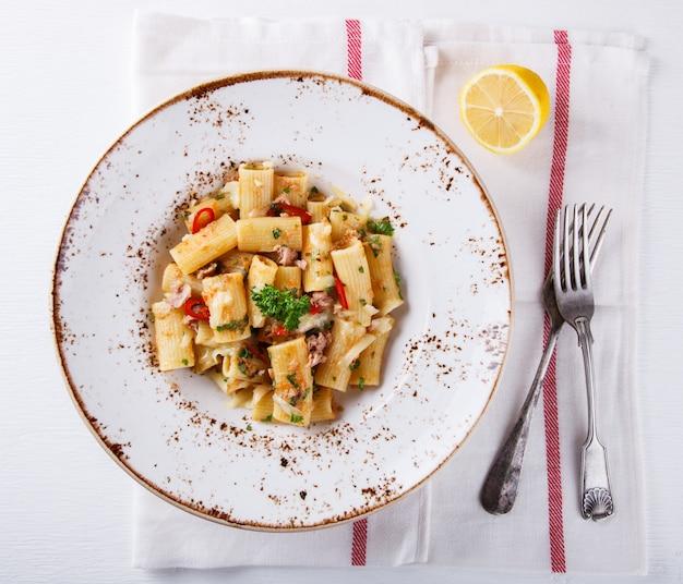 Macarrão com atum, pimenta e salsa