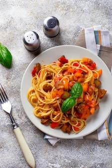Macarrão com berinjela, pimenta e tomate