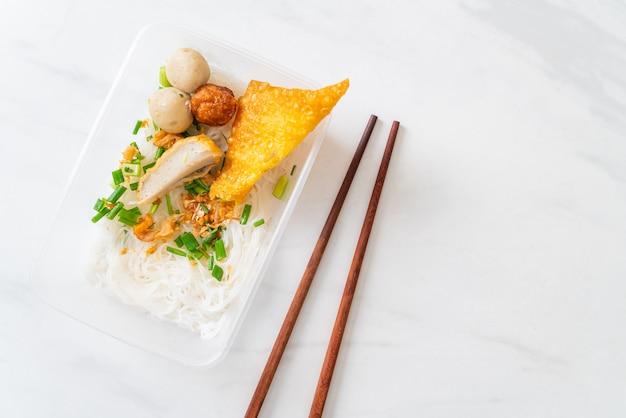 Macarrão com bolinha de peixe e carne de porco picada