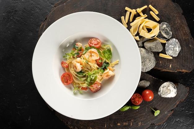 Macarrão com camarão. espaguete, camarão, alho, pimenta, manteiga, grana padano. um prato principal quente com frutos do mar