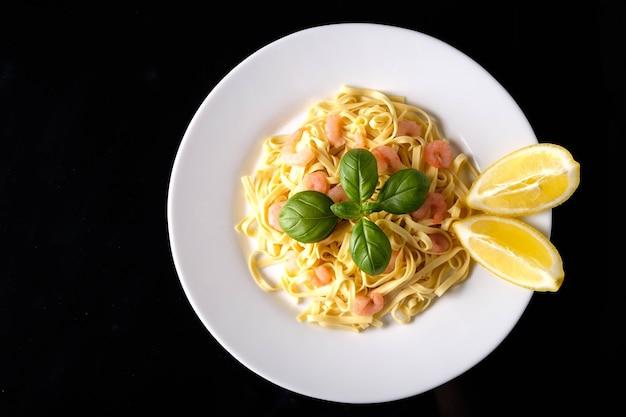 Macarrão com camarão, manjericão e tomate