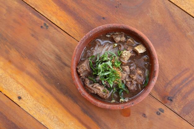 Macarrão com carne de porco e carne de porco bolas com sopa, estilo de macarrão tailandês