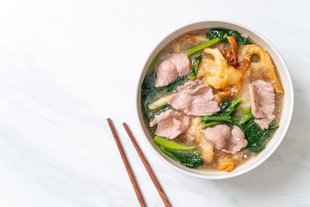 Macarrão com carne de porco em molho gravy - comida asiática