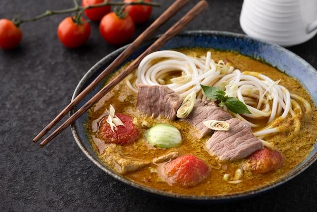 Macarrão com curry verde