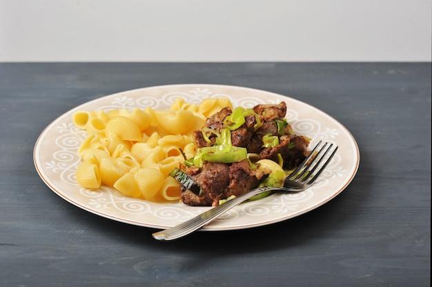 Macarrão com fígado frito e cebola