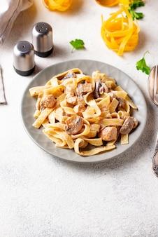 Macarrão com frango e cogumelos