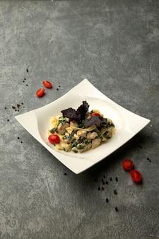 Macarrão com frango e ervas