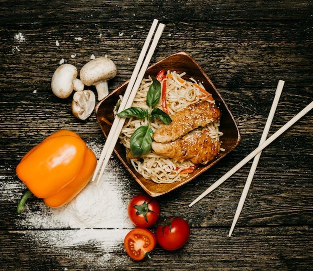 Macarrão com frango frito e legumes