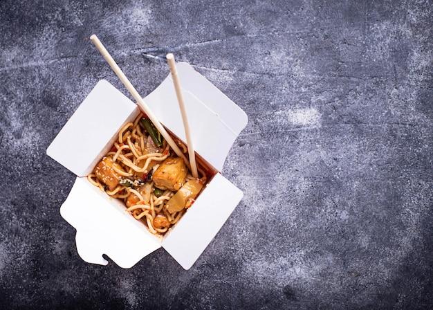 Macarrão com frango, tofu e legumes