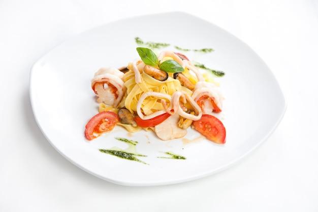 Macarrão com frutos do mar, close up foto