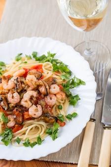 Macarrão com frutos do mar e vinho branco em guardanapo
