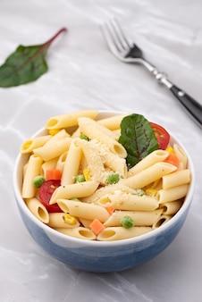 Macarrão com legumes e queijo
