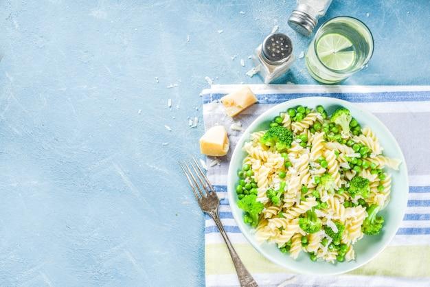Macarrão com legumes verdes e queijo