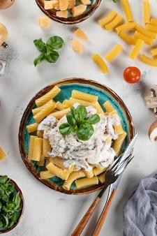 Macarrão com molho de cogumelos e manjericão e queijo duro
