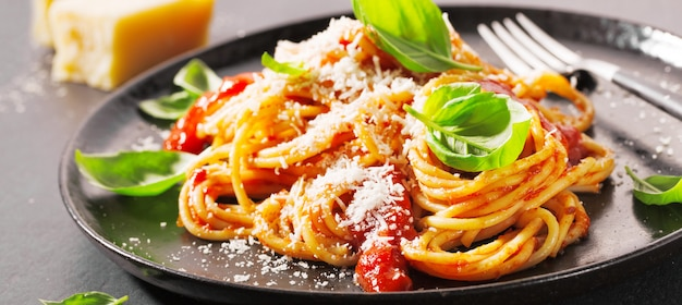 Macarrão com molho de tomate e queijo parmesão