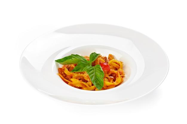 Macarrão com molho de tomate isolado no fundo branco