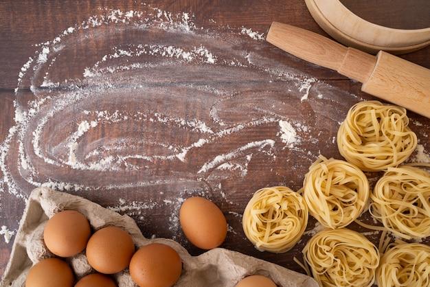 Macarrão com ovos e farinha cópia-espaço