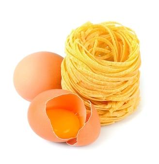 Macarrão com ovos em um fundo branco