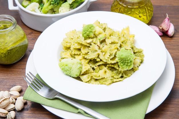 Macarrão com pesto de brócolis e pistache
