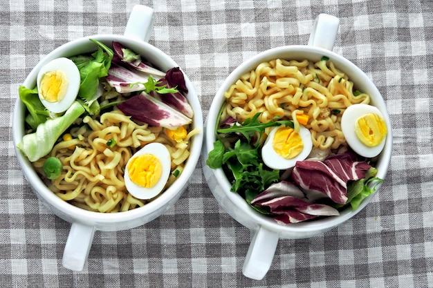 Macarrão com salada e ovos de codorna. comida saudável. faça dieta alimentar.