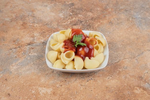 Macarrão com salsa e molho de tomate em tigela branca