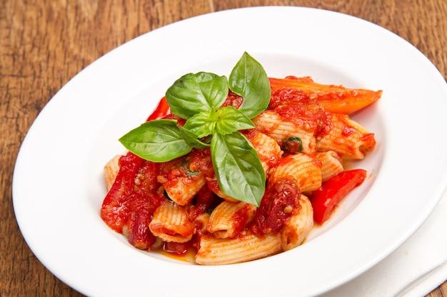 Macarrão com tomate e manjericão