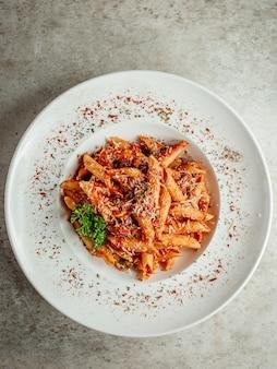 Macarrão com tomate e queijo