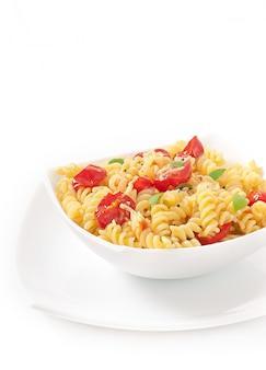 Macarrão com tomate, manjericão e queijo ralado
