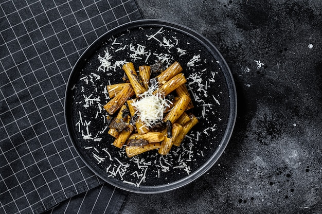 Macarrão com trufas pretas, cogumelos brancos e queijo parmesão