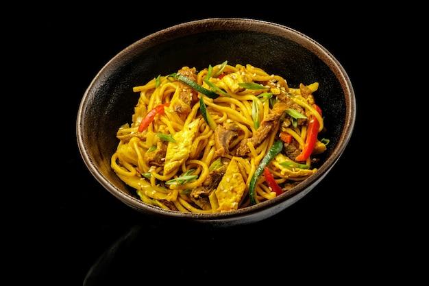 Macarrão com wok de caril de carne.