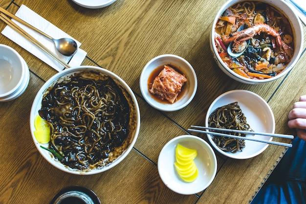 Macarrão coreano com molho de soja doce grosso