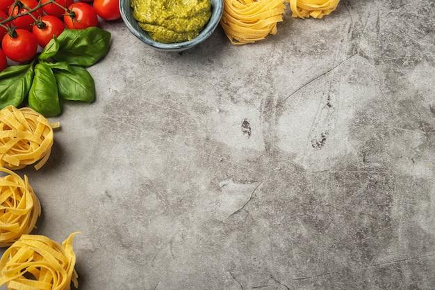 Macarrão cozinhar conceito, ingredientes e especiarias sobre um fundo de concreto