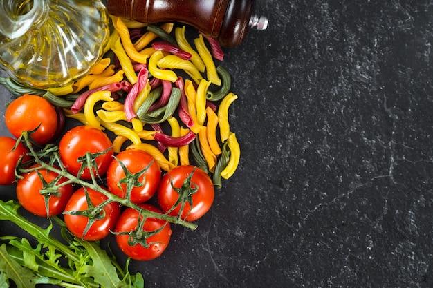 Macarrão cozinhar ingredientes em fundo preto