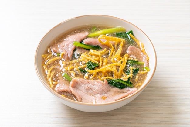 Macarrão crocante com carne de porco em molho molho - estilo de comida asiática