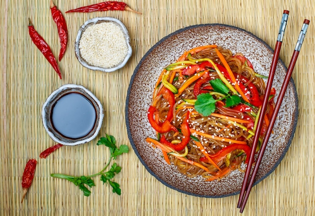 Macarrão de amido (arroz, batata) com legumes
