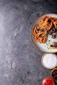 Macarrão de anchovas clássico italiano espaguete